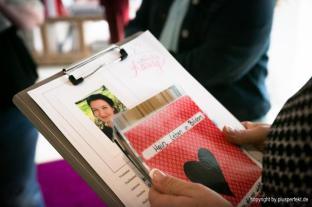 Ein Blick in die Unterlagen ... Casting zur Wahl der Fräulein Kurvig in Indigo-Hotel in Düsseldorf