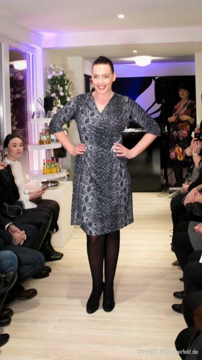 Kleid in All-Over Schlangenprint von Manou Lenz