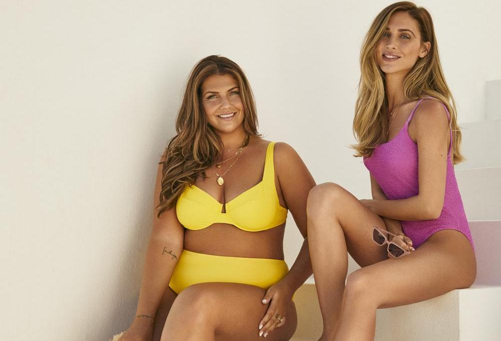 Im gelben Bikini: Farina, von NovaLanaLove, rechts Pamela Reif | Credits: Calzedonia