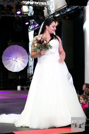 Model Mona Elsaied in einem Hochzeitskleid in A-Linie