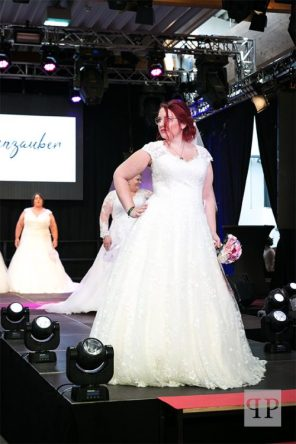 Curvy Hochzeitskleid mit floraler Spitze