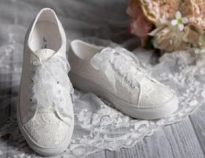 Sneaker mit Spitze, die perfekte Alternative zu Ballerinas | Credits: Brautschmuck24