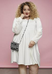 Mia in einem weißen Kleid aus der OTTO Blogger-Kollektion