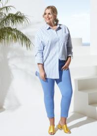 Angelilna Kirsch im Outfit aus ihrer Curvy-Kollektion für Aldi