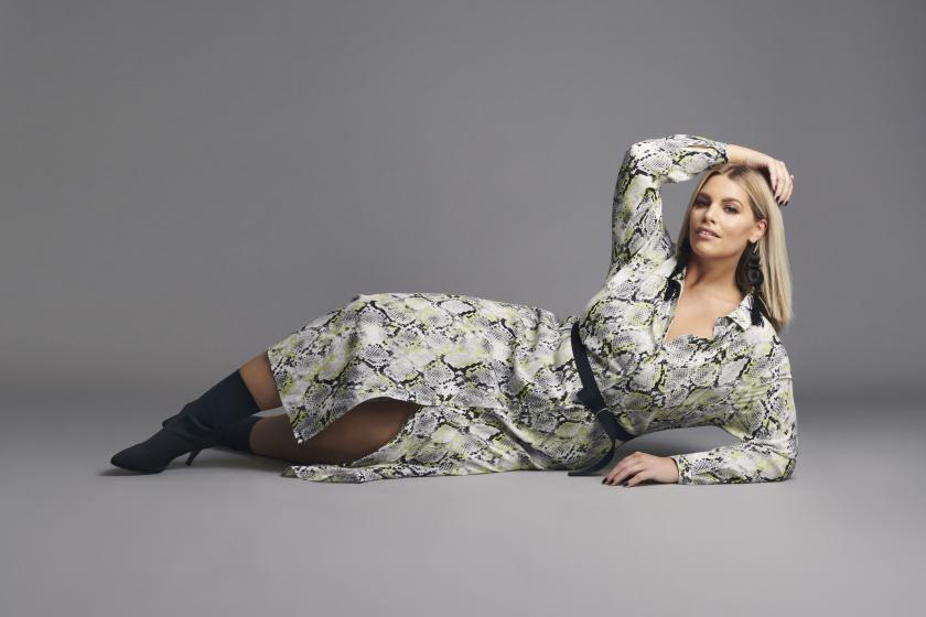 Blusenkleid für Curvys als der ersten Eigenkollektion von Angelina Kirsch