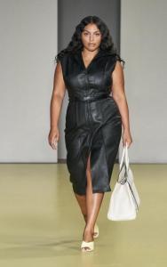 Paloma Elsesser in einem Lederkleid von Ferragamo   Fashion Week Mailand