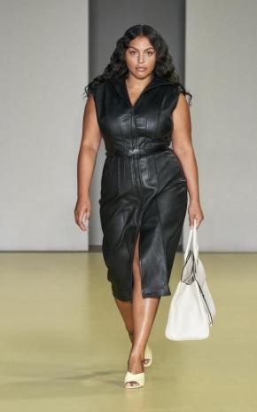 Paloma Elsesser in einem Lederkleid von Ferragamo | Fashion Week Mailand