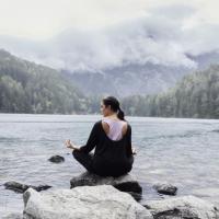 Curvy Yoga: Mit diesem kostenlosen Ratgeber kannst du das auch