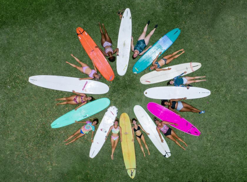 Mehr als eine One-Woman-Show: Curvy Surfer Girl   Credits: Elizabeth Sneed - Cody Ketchum Photography