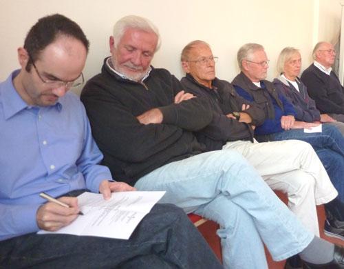 Hans-Jürgen Pflugradt (dritter von links) nach über 30 Jahren erstmals als Zuhörer im Rathaus.