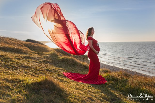 PHOTOGRAPHE-GROSSESSE-PAULINE-MEHDI-PHOTOGRAPHIE-NAISSANCE-CAEN-CALVADOS-NORMANDIE-PLAGE-MER-ROBE-COUCHE-SOLEI