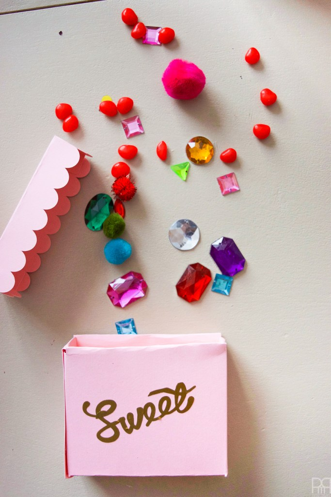 Make these cute candy boxes to hold all kinds of sweet treats for Valentine's Day. You can make them in any size or colour using your Cricut