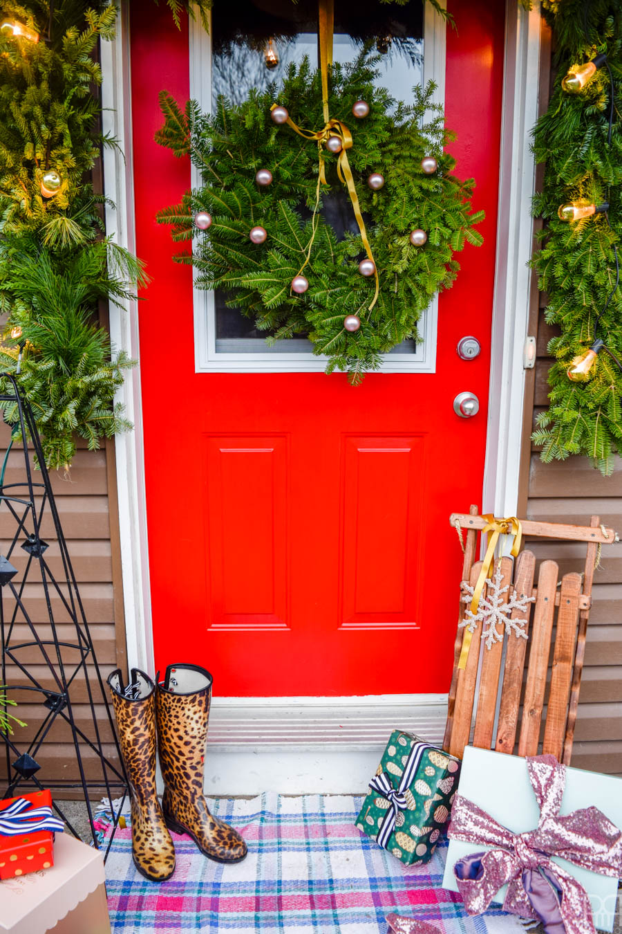 We're off to a good start over here with my colourful Christmas front porch. A bright red door and Yuletide greenery are the perfect touch.  #curbappeal #christmasporch #homefortheholidays