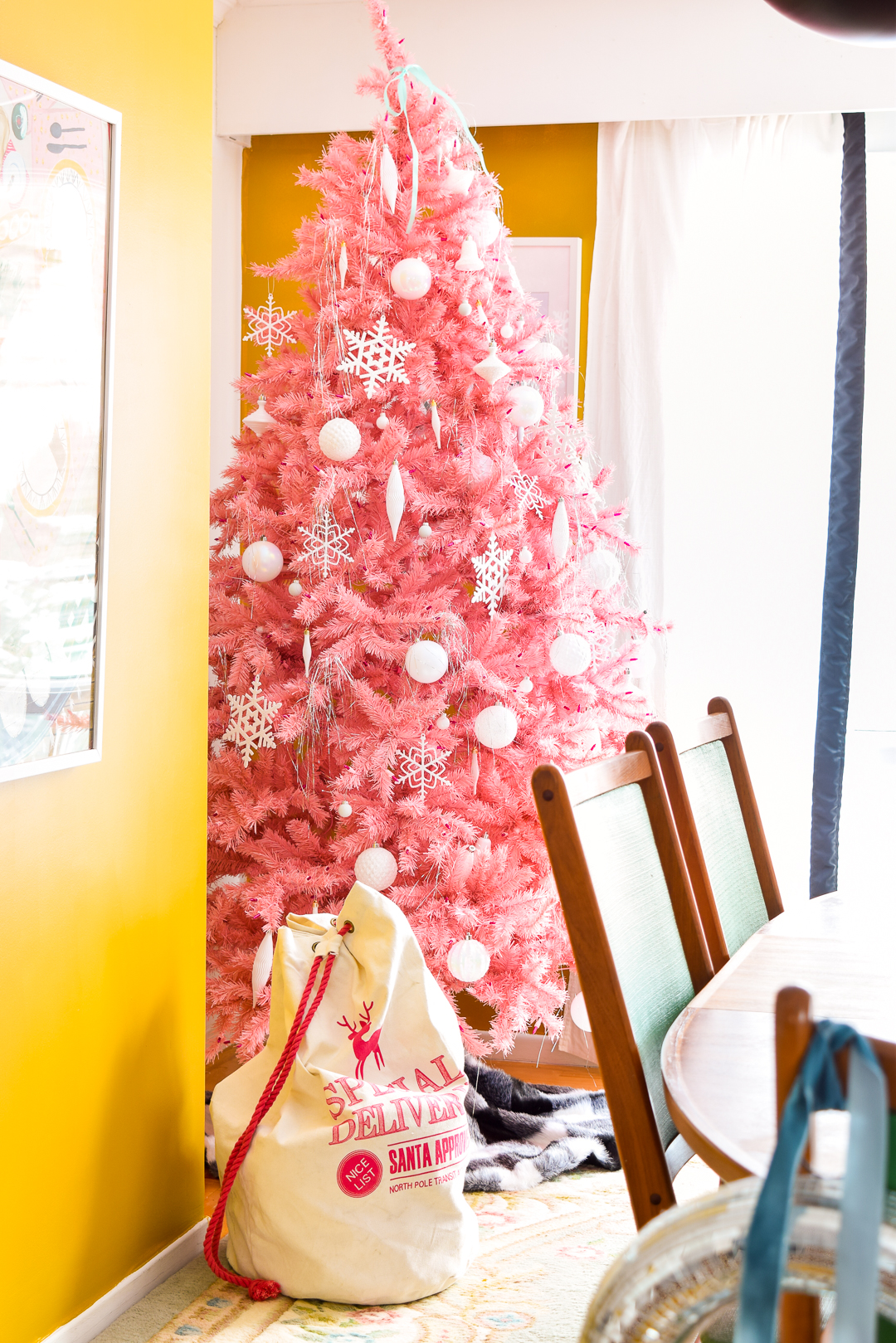 Christmas tree, O Christmas tree! Your pink beauty amazes me. Come see where I got a marvellous retro pink Christmas tree, and why I went with white ornaments!