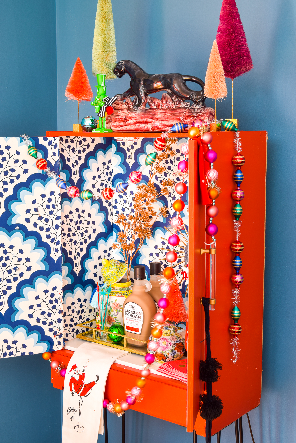 Just in time for the holiday festivities, you can make your own Upcycled MCM Holiday Bar Cabinet! Using hairpin legs from Crates & Pallet, turn any cupboard into a swank bar cabinet.