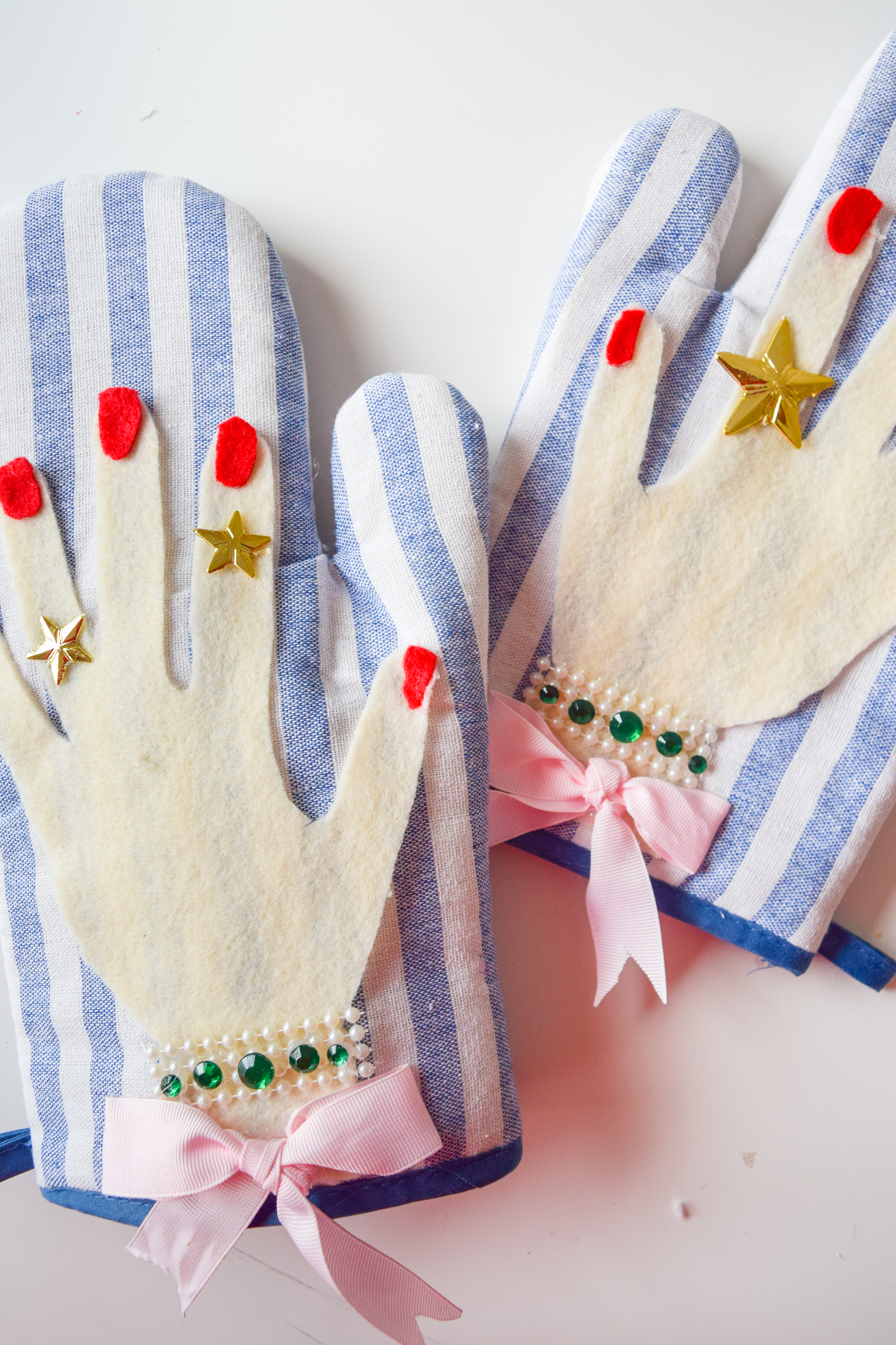 Bring a little razzle dazzle to your kitchen with these glamorous DIY Oven Mitts! They're #extra and all kinds of simple to make. Hop to!