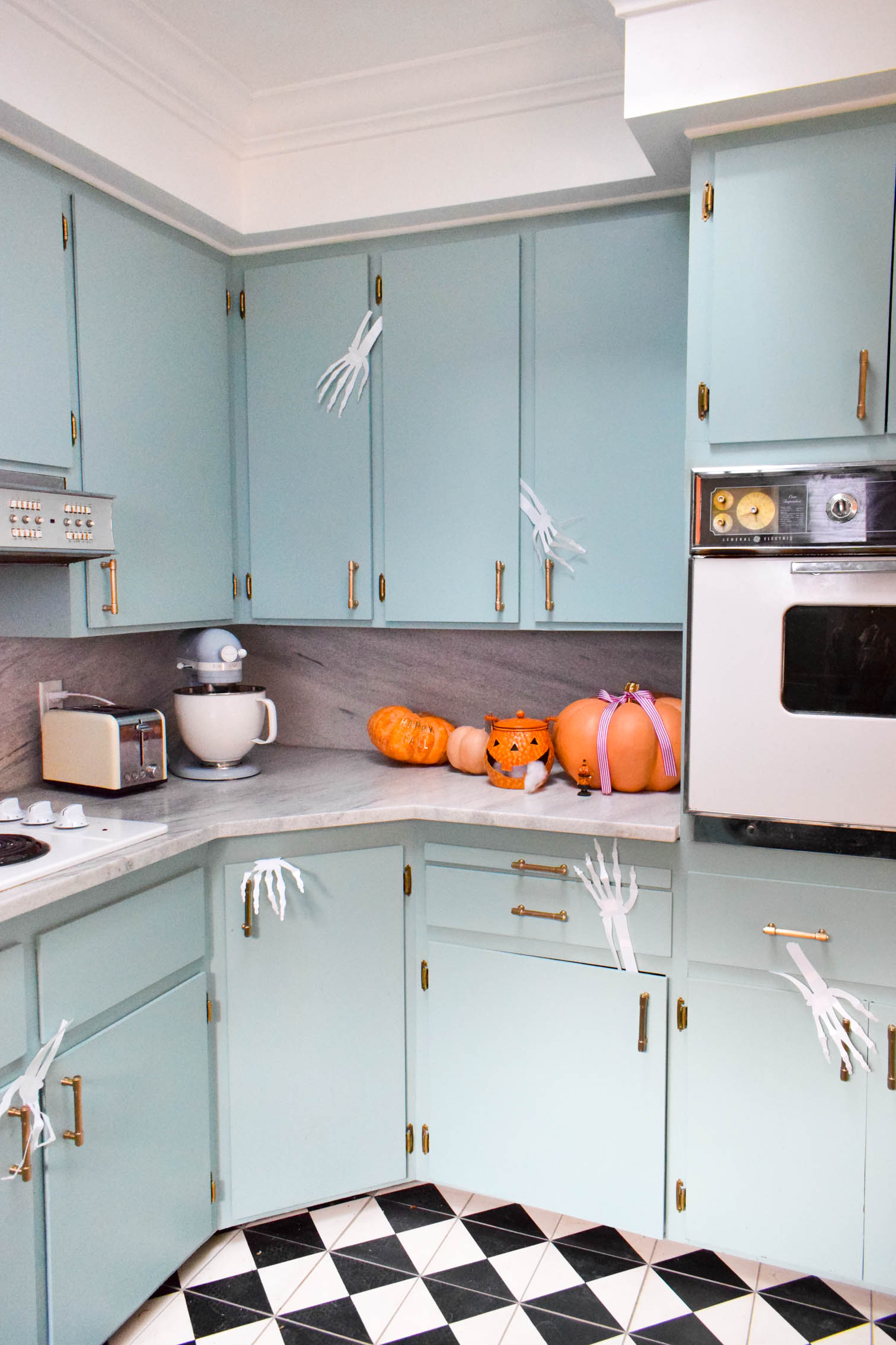Spooky Kitchen Halloween Decorations are as easy as ghosts, ghouls, witches and skeletons! Boo! Come see how you can add a playful touch to your decor.
