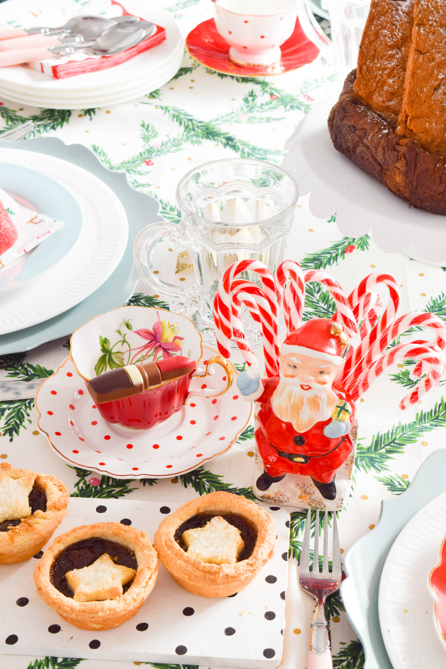 Christmas brunch table decor is where it's at. Forget stringing up ugly Christmas sweaters! Bust out your brunching best, and add some Christmas flair with feminine touches for the ultimate girls day.