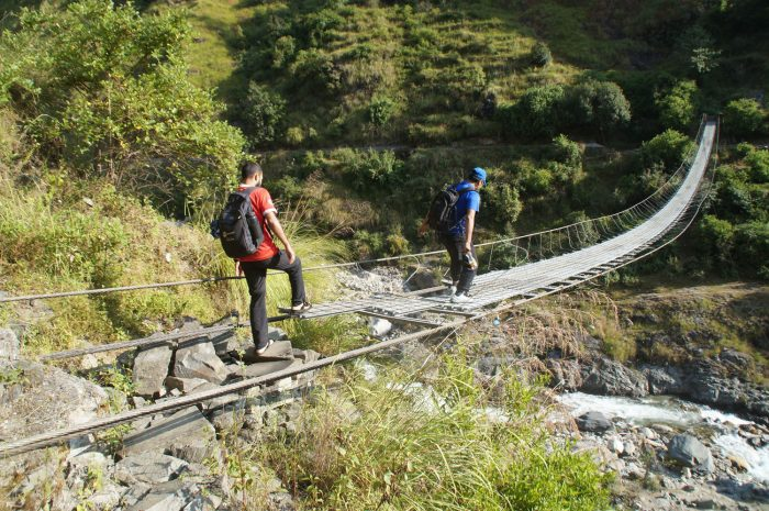 जीर्ण झोलुङ्गे पुलबाट जोखिम यात्रा गर्दै बटुवा (फोटोफिचर)