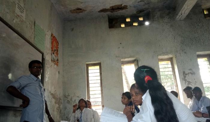 जीर्ण भवनको छत हेरेर पढ्दै विद्यार्थी (फोटोफिचर)