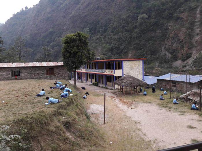 बाहिर घाममा परीक्षा दिँदै विद्यार्थी (फोटोफिचर)