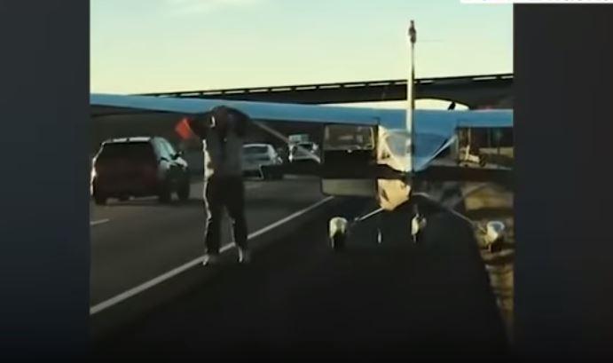 व्यस्त सडकमा हवाइजहाज इमरजेन्सी ल्याण्ड गरेर पाइलटले गर्नथाले अश्लील काम (भिडियोसहित)