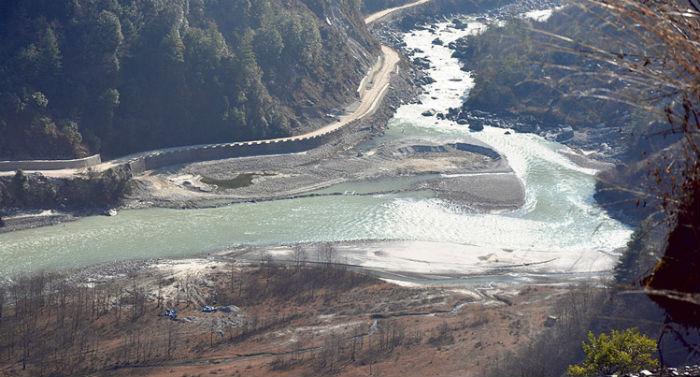 नदी फर्काएर उत्खनन् गर्दा बस्ती जोखिममा
