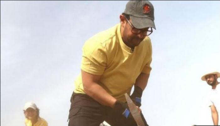 बलिउड अभिनेता आमिर खानले श्रमिकहरुसँग दिनभर बाटो खनेर मनाए श्रमिक दिवस