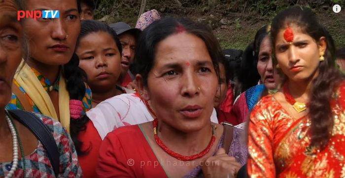 सरितालाई परिवारै मिलेर मारेका हुन भन्दै स्थानीयबासीले घेराउ गरे प्रहरी चौकी (भिडियोसहित)