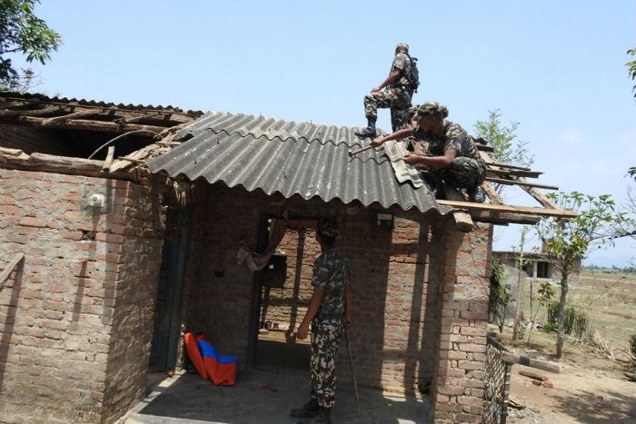 """हावाहुरीले क्षतिग्रस्त घर पुनःनिर्माण गर्दै नेपाली सेनाको टोली, पीडित भन्छन् : """"सेना आउँदा सास फेर्न पाइयो"""""""