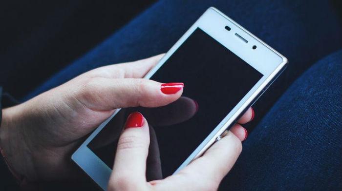 अविवाहित युवतीले मोबाइल चलाएमा डेढ़ लाख जरिवाना