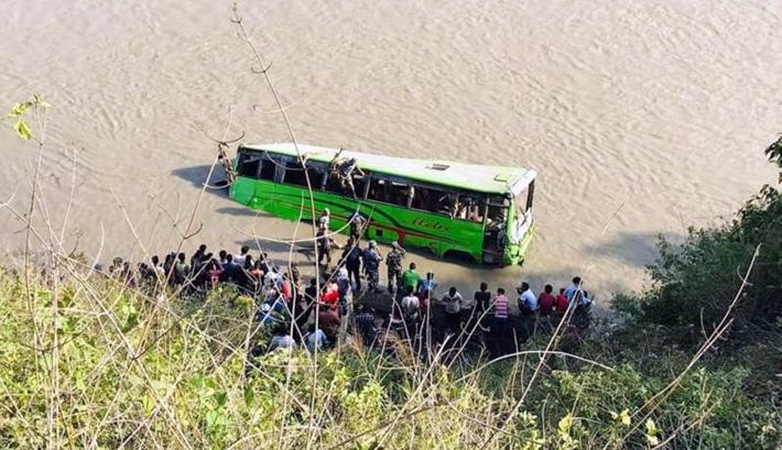 यात्रु बोकेको बस नदीमा खस्दा २४ को मृत्यु,
