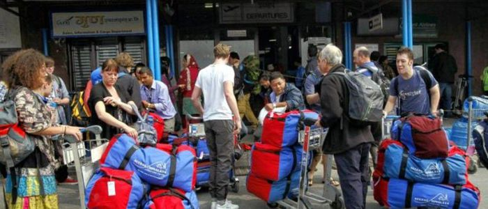 मौसम प्रतिकूल बन्दा सयौँ पर्यटक लुक्लामै अलपत्र