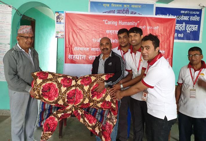 सनराईज बैंकद्वारा बृद्धाश्रमलाई सहयोग