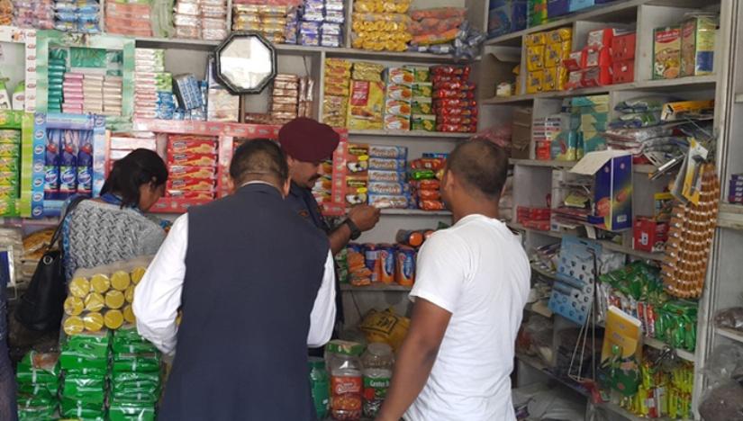 भक्तपुरमा बजार अनुगमन: अधिकांश पसलमा अखाद्य वस्तु बिक्री, उपभोक्ता ठग्ने सामग्री जफत