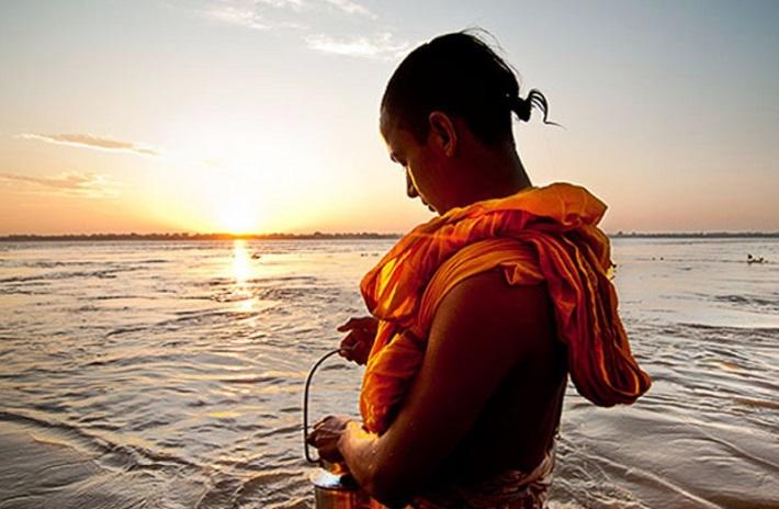 नदी किनारमा गङ्गा दशहरा स्नान गर्न भक्तजनको भीड