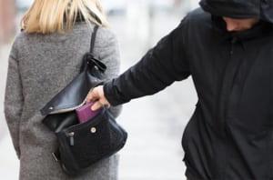 【閲覧注意】海外で財布を狙われたら絶対に抵抗してはいけない・・・
