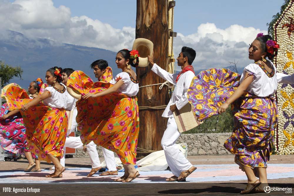 Danzantes de 11 regiones de Puebla inauguran el Huey