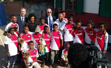 Serge Telle et Gilles Tonelli en visite au centre ENDA OI pour enfants et jeunes en situation de rue. Photo courtoisie (c) DCI