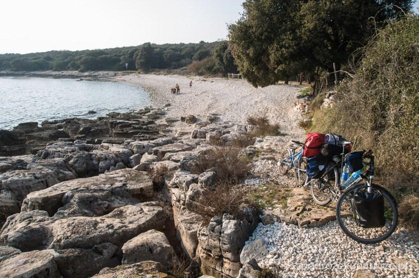 Przeciąganie roweru lepiej idzie po takich kamykach niż po kopnym piasku nadbałtyckich plaż ;)
