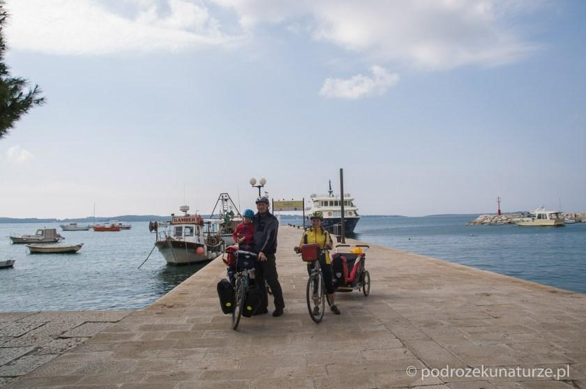Nabrzeże w Fažanie, w oddali majaczą wyspy Brijuni