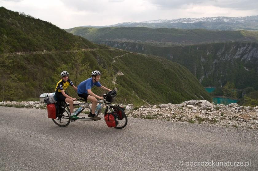 Jedziemy drogą na tuż przy krawędzi Kanionu Pivskiego