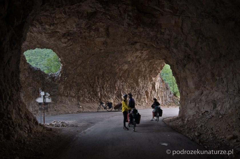 W jednym z tuneli znajduje się skrzyżowanie