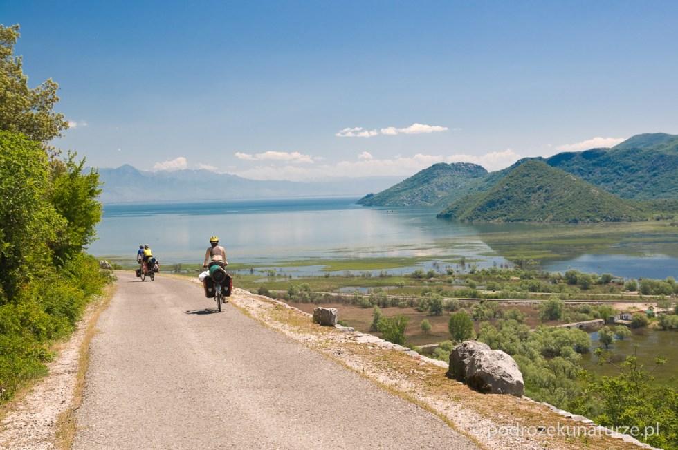 Jezioro Szkoderskie a za nim Prokletje - Góry Przeklęte