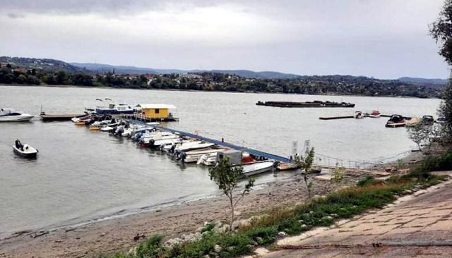 Nautičari na Dunavu sprečili da sa sidrišta otkačene barže unište marinu