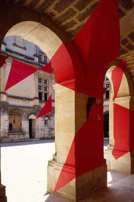 2003-Six-triangles-en-diagonale-(Suze-la-rousse-France)-OffVantagePointFelice-Varini.jpg
