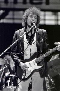 بوب ديلن، المغني الأمريكي الشهر الذي حاز على جائزة نوبل للآداب 2016 تقديراً لأثره الشعري