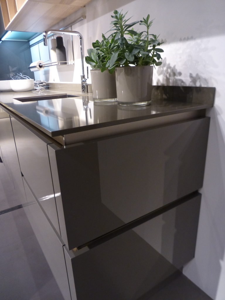 high gloss kitchen cabinets recessed lights in pure | poggenpohl de vis keukens
