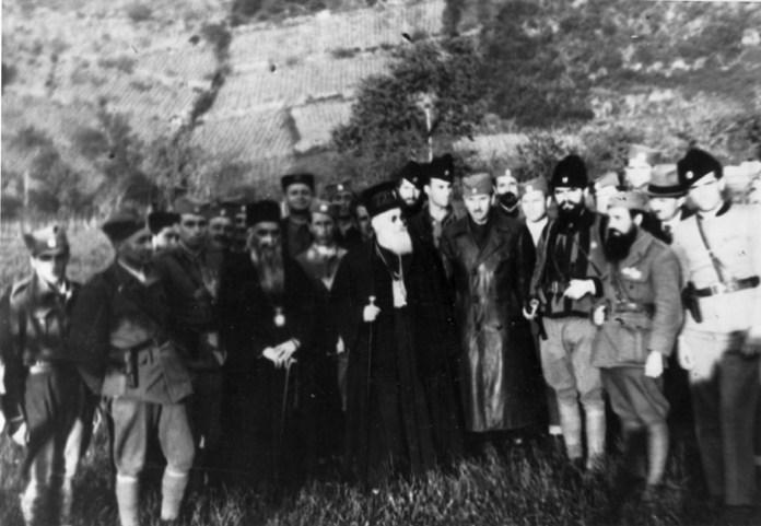 Випава, Словенија, априла 1945, с лева на десно: први и други непознати, мајор Цвјетићанин, епископ Николај, непознати, патријарх Гаврило, генерал Дамјановић, војвода Ђујић, мајор Вуксановић