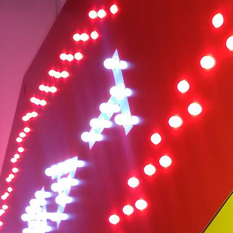 Carotte tabac primo sur façade éclairage par leds clignotante et animée rouge et blanche